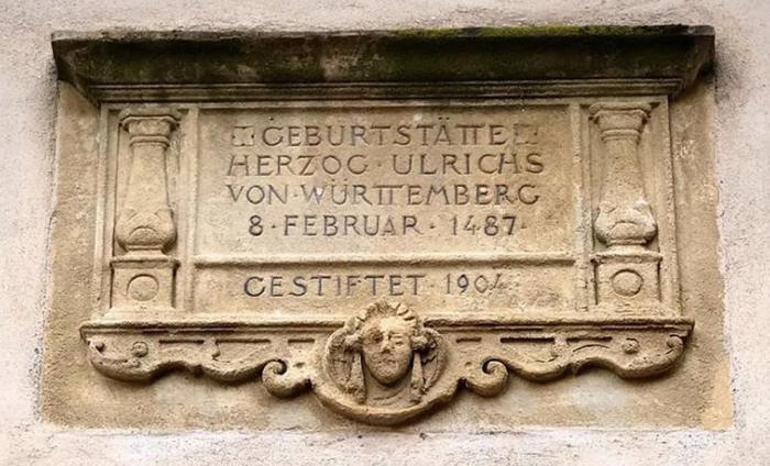 Pierre commémorant la naissance de Ulrich de Wurtemberg à Riquewihr, le 8 Février 1487. Elle se situe sur la tourelle d'escalier du Château des Wurtemberg à Riquewihr et a été posée en 1904.