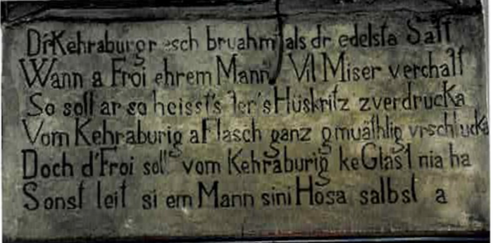 """Inscription mentionnant """"Le Kirrenbourg réputé comme le plus noble Jus....dont la femme ne doit pas boire un verre au risque de porter les culottes de son homme"""" figurant sur le linteau d'une cave de vignerons à Kientzheim ( document privé)"""