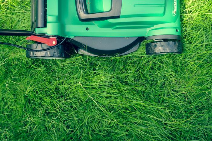 Grüner Rasen mit einem Rasenmäher