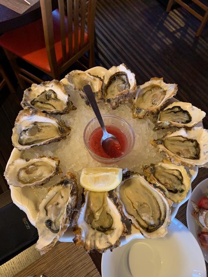So sehen sie doch schon viel appetitlicher aus: Austern mit Rotweinessig - mal anders als die übliche Zitrone
