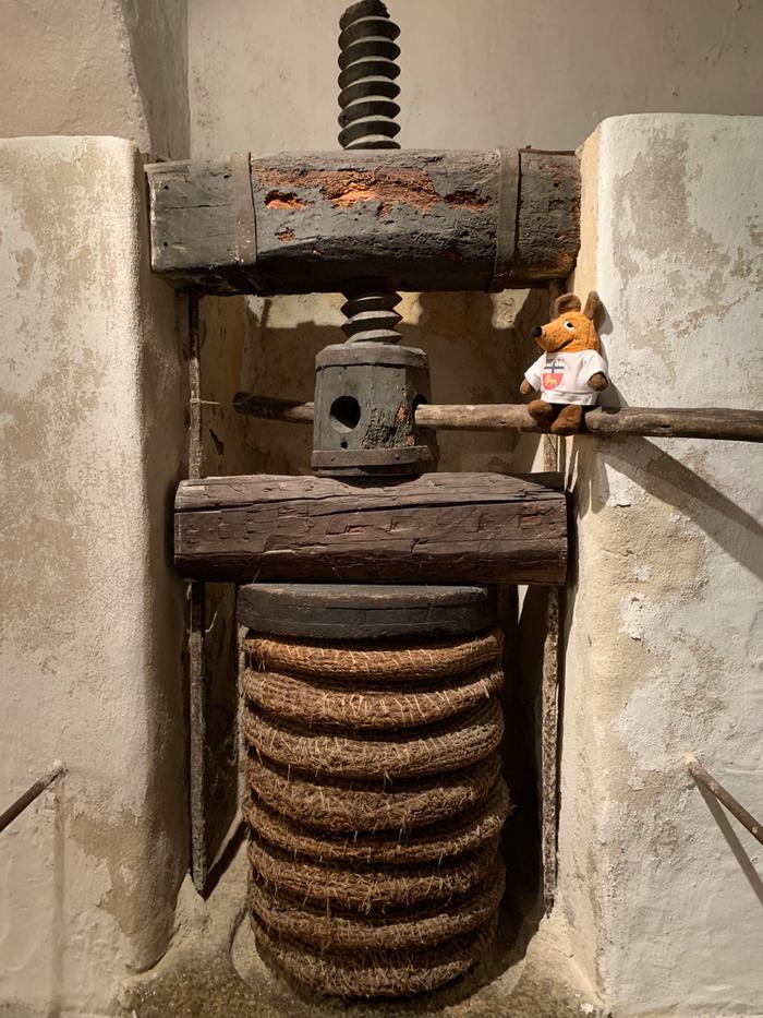 Im Keller des Hauses steht diese alte Ölmühle