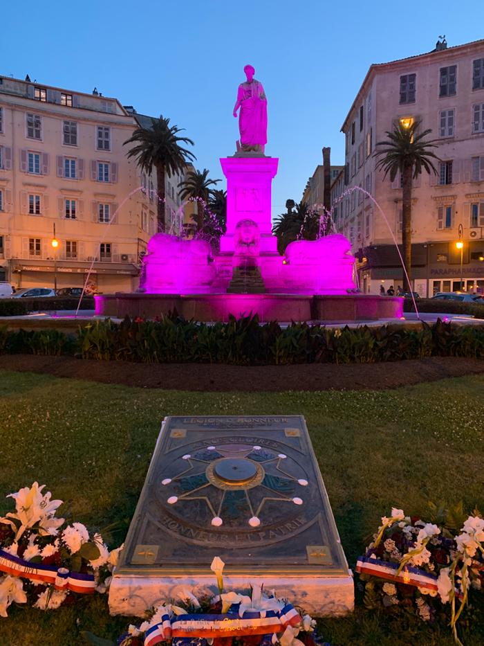 Der Napoleon-Brunnen wechselt ständig seine Farbe.