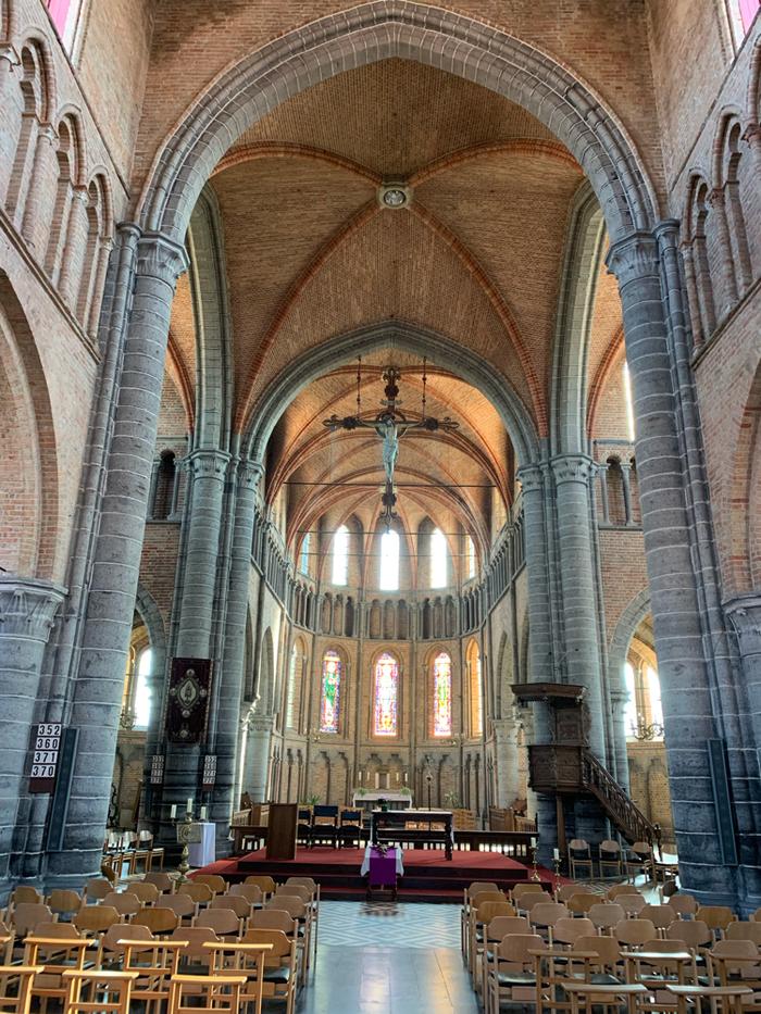 Das Innere der Kirche ist noch ganz schlicht, da erst morgen Ostersonntag ist.