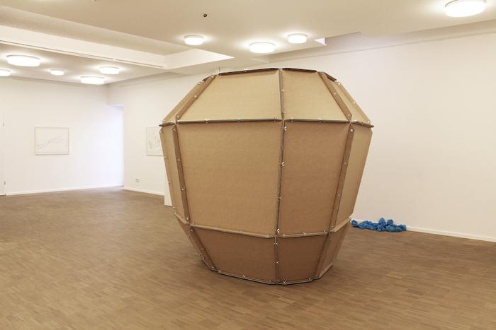 Mappa Mundi . 2014 . Papier, Bleistift, Wellpappe, MDF, Acrylglas, Schrauben . 210 x 240 x 200 cm . Ausstellungsansicht