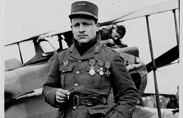 """Document 6_ le major Raoul Lufbury """"as"""" américain, 17 victoires homologuées, chevalier de la légion d'honneur, mort au combat en mai 1918, source: Film sur l'escadrille La Fayette de B. Léon, Ministère de la Défense, DMPA"""