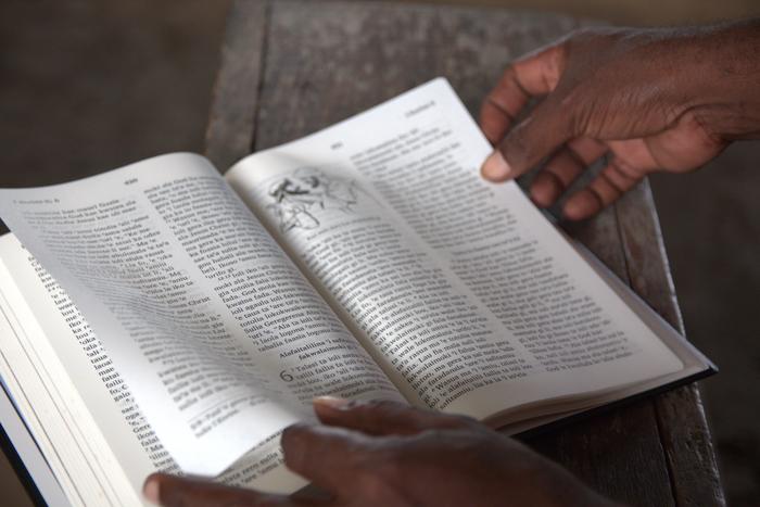 Hab leider kein Bild von jemanden der den 'Solomon Star' liest. Die Bibel ist auf jeden Fall immer eine gute Lektüre.