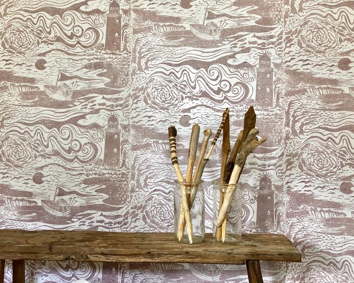 Baltic Sea ist eine handgedruckte Tapete aus der Print-Garden Tapetenmanufaktur aus Hamburg. handprinted wallpaper made in Hamburg. reienLeinölfarbe Schwedenrot  Tapetenmanufaktur PRINT-GARDER