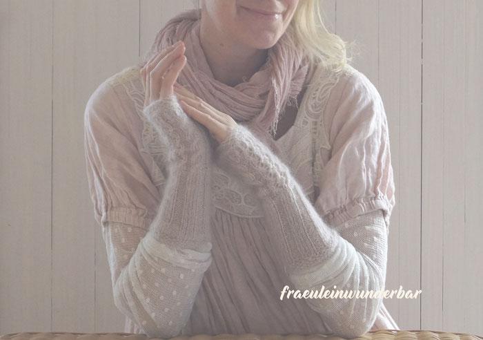 Handgestrickte romantische Handstulpen von Fraeulein Wunderbar aus 70 % Mohair/30% Seide