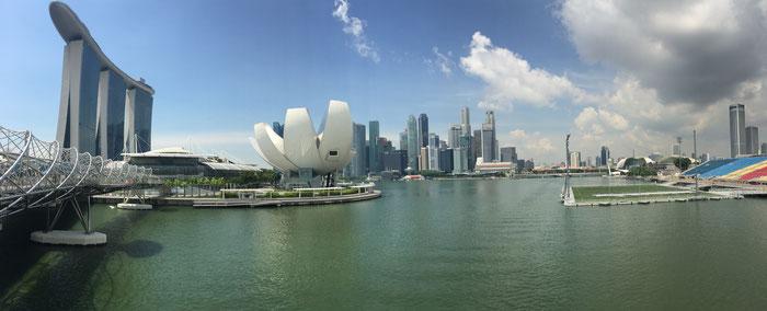 Marina Bay Singapur mit Sicht über die ganze Bucht inklusive Marina Bay Sands