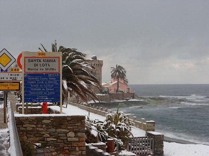 Une image insolite de la tour de Miomu : Toujours les pieds dans l'eau mais sous la neige (Photo Adrien Biaggi)