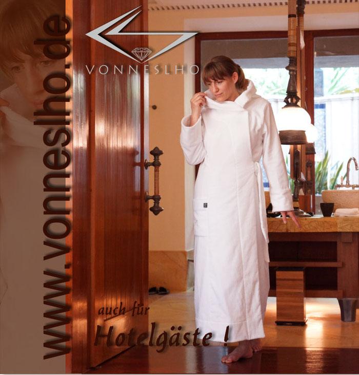 langer Bademantel mit Kapuze wunderschön anziehend besonderer Schnitt, Wellnessurlaub Saunamantel