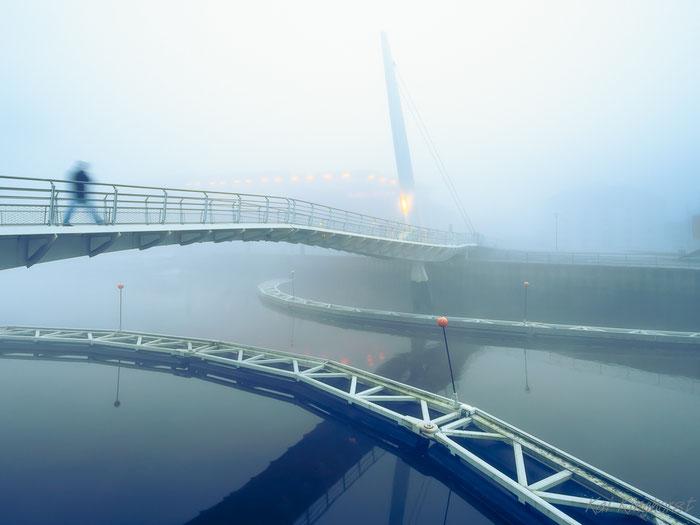 Klappbrücke im Nebel