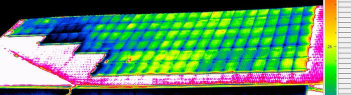 typische Fehler von Fotovoltaikanlagen. Einzelne Zellen sind defekt und  reduzieren dadurch die gesamtleistung der Anlage