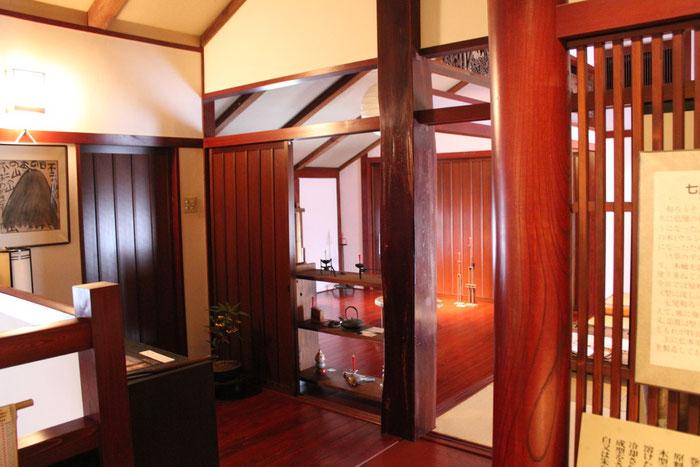 2階には、ろうそくを作る材料などを展示してあります。奥の部屋では、灯りのテ-マで企画展などをします。