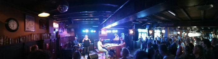 Panoramafoto van het optreden van Drawbar BLVD tijdens de bluestour in Cuijk