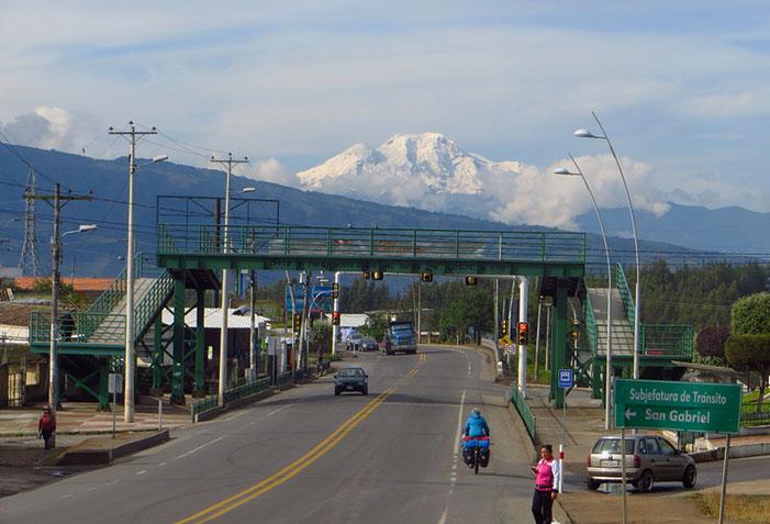 Und plötzlich taucht er auf, der erste Vulkan in Ecuador, den wir sehen (vermutlich der Cayambe, 5790 m).