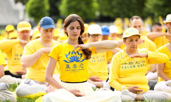 マンハッタンで瞑想の練習をしている法輪功修練者。