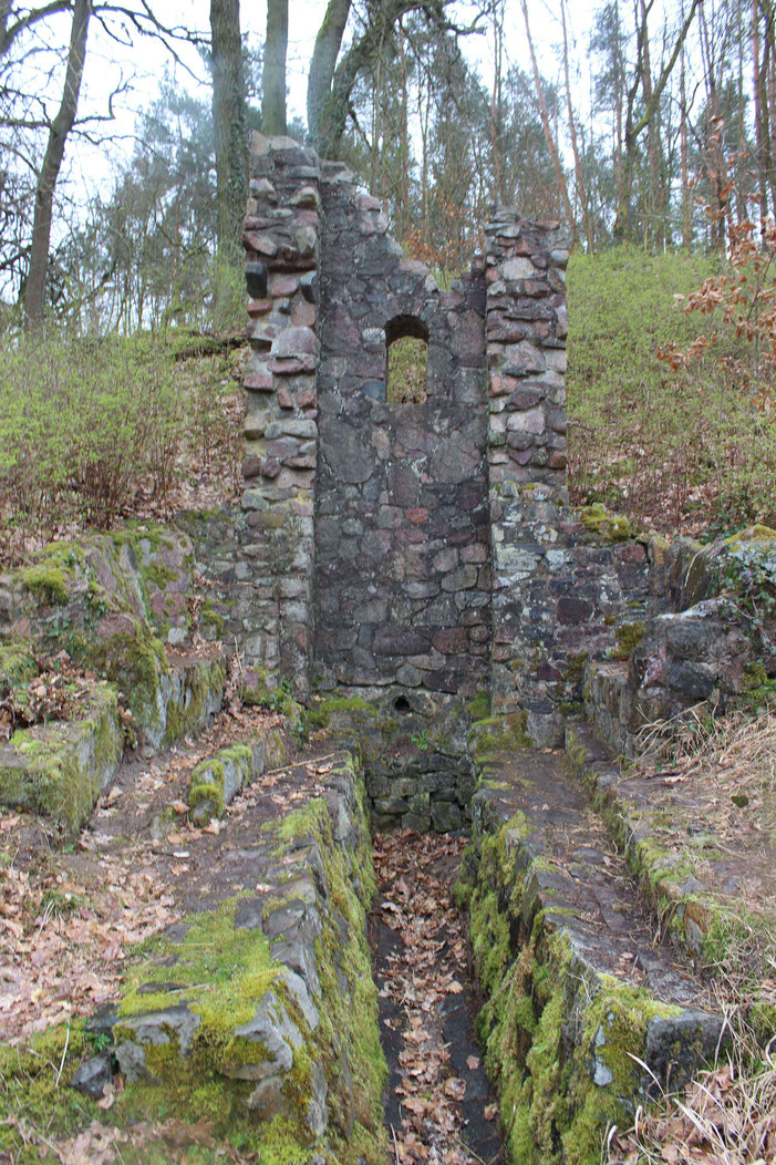 Kein Überrest eines Hauses oder eine Burgurine, dieses Bauwerk entstand in der Zeit, in der Ruinen künstlich zur Verschönderung der Umgebung erschaffen wurden.