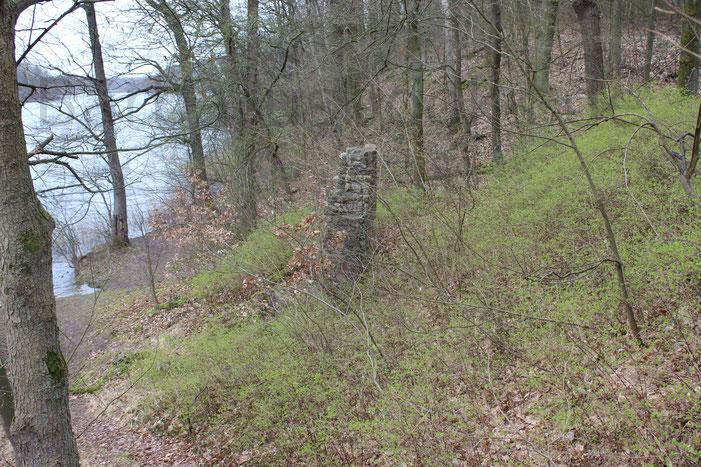 Die Ruine selbst ist nicht sofort vom Weg aus zu erkennen. Man muss schon aufmerksam sein.