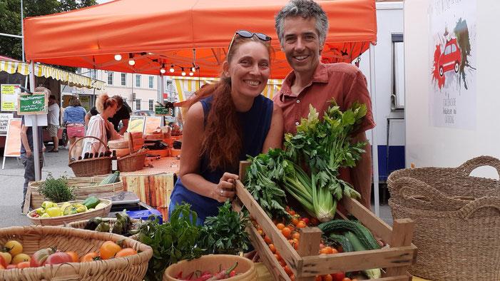 Sabine und Markus Alena-Niemann zeigen ihr farbenprächtiges Gemüse, derzeit vor allem Paradeiser – auch einige alte Sorten von Sabines Oma. (Foto: Kremsmayer)