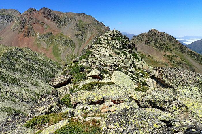 La pierre plate n'était pas le sommet... car que vois-je? un cairn sommital. Il faut aller encore plus loin et un encore peu plus haut!