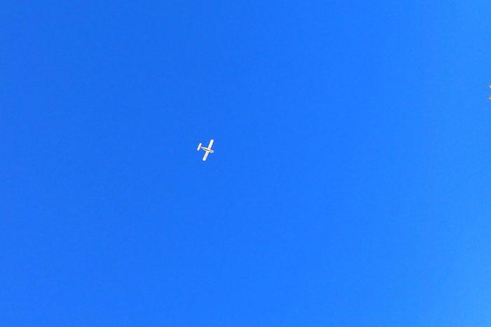 Un petit avion qui survole les Pyrénées.
