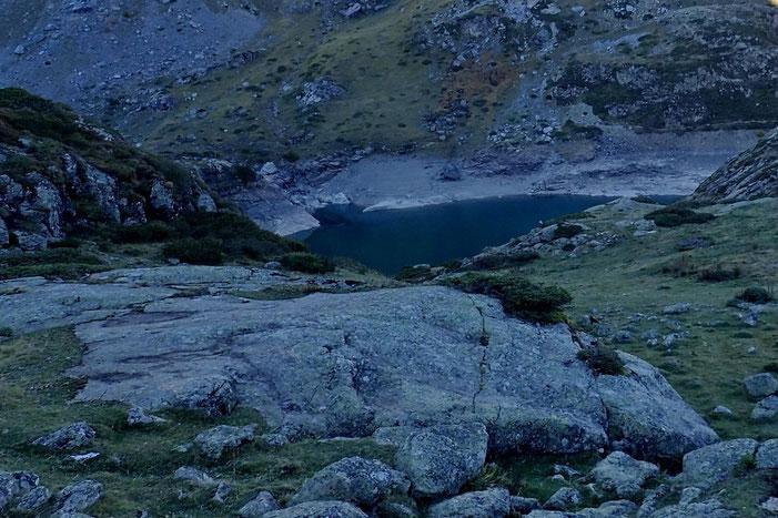 Le lac des Gloriettes est encore à l'ombre.