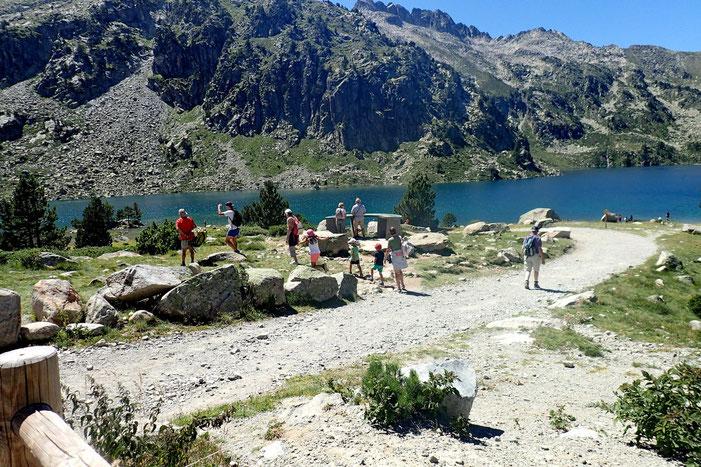 Une table d'orientation, des touristes, un joli lac, une belle journée...