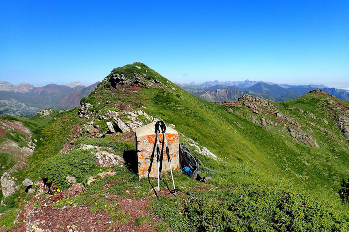 De la borne frontière, le Pic d'Arnousse est très proche.