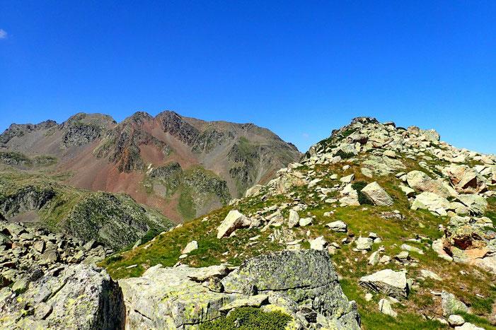 Apparemment, le sommet est plus loin, sur cette espèce de pierre plate.