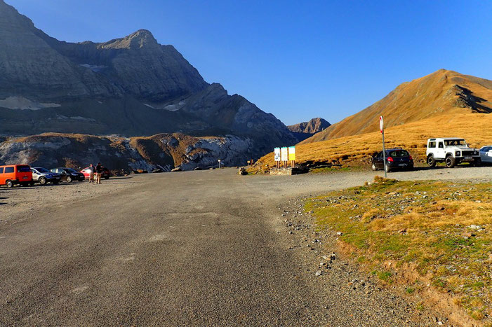 A droite, la crête qui mène au Pic Entre Les Ports (2477m).