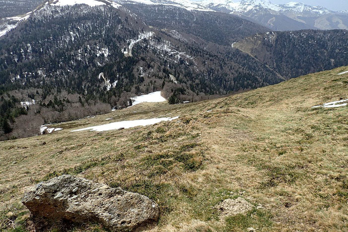 Descente beaucoup plus rapide sur le flanc sud, avec très peu de neige.