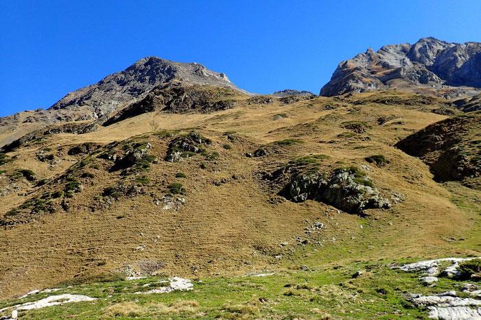 Derrière moi, les 3 Pics d'Estaubé (2797/2795/2808m).