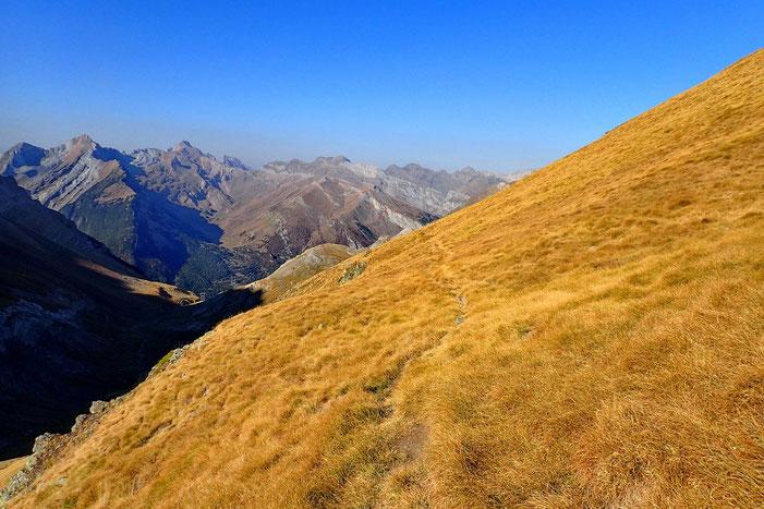Une sente contourne à flanc le massif.