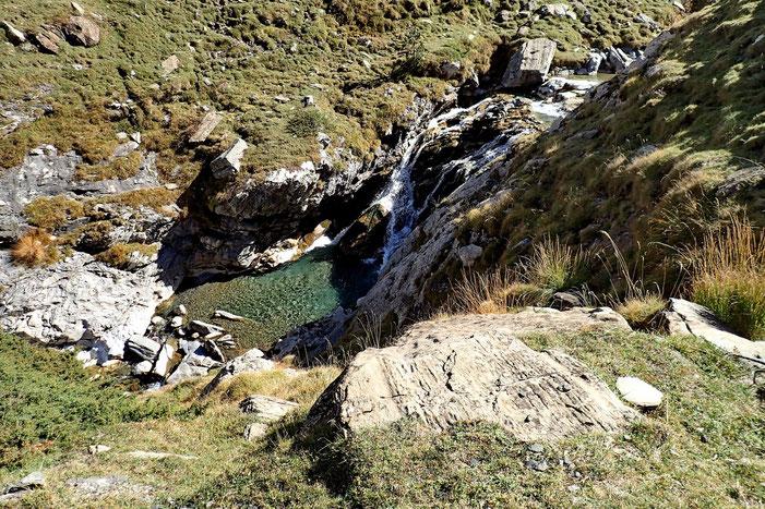 Avec de petites cascades et une eau très claire.