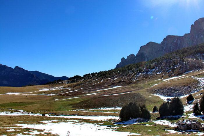 A droite la fin de la Sierra de la Partacua.
