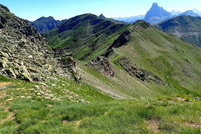 Contournement du Pic de Bénou (2271m), la Punta Torrulas est droit devant et légèrement à gauche, la Pic de Belonseiche (2299m).