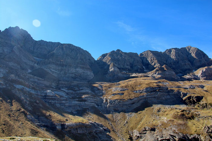 Du Pic de Pinède au Grand Astazou avec au centre la Brèche de Tuquerouye (2660m).