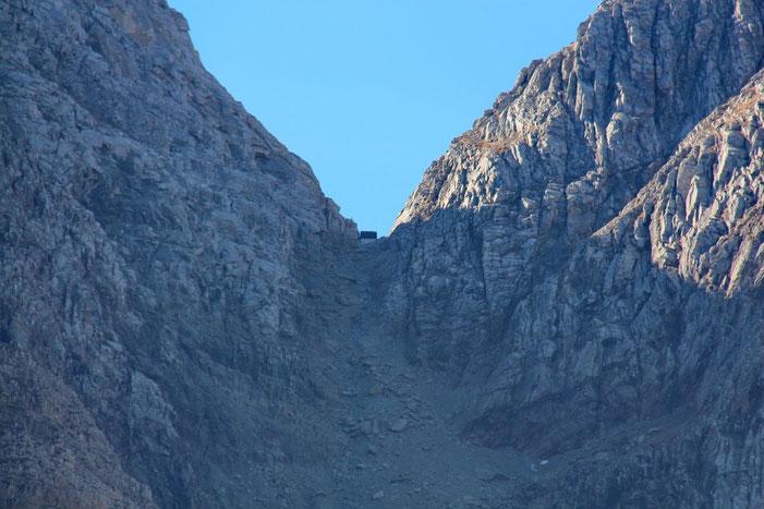 Brèche où se trouve niché le plus ancien (construit en 1890) et le plus haut (2666m) des refuges des Pyrénées.