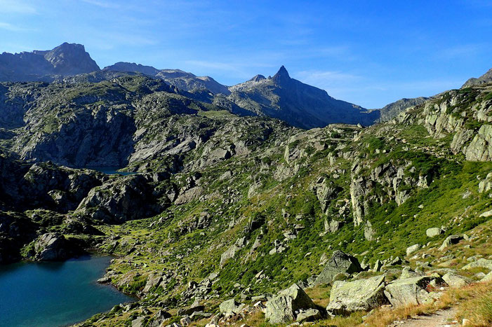 """Du refuge, vue sur le Pic de Néouvielle (3091m) et le """"pointu"""" Turon de Néouvielle (3035m)."""