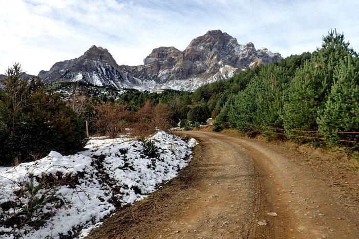 Reprise de la piste, mais cette fois dans l'autre sens et vue sur la Sierra de la Partacua.