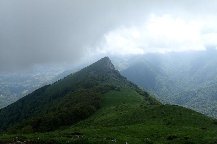 En face de moi, la Montagne de Billexe (1435m) avec au dessus, un nuage menaçant...