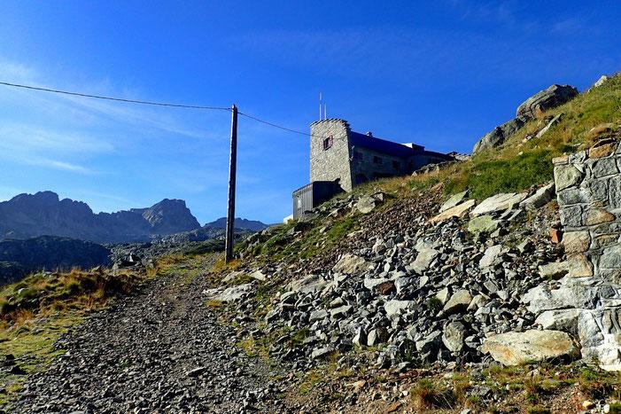 Le refuge est quant à lui 50 mètres plus haut (2153m).