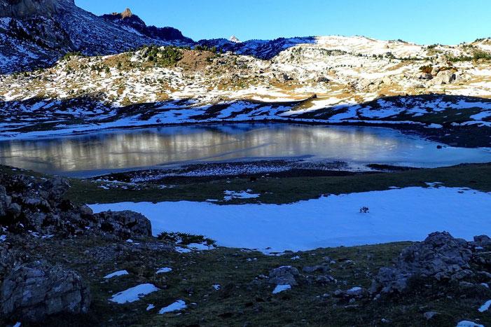Il n'est même pas 14h00 et le lac de Piedrafita est déjà à l'ombre. Pas étonant qu'il soit gelé.