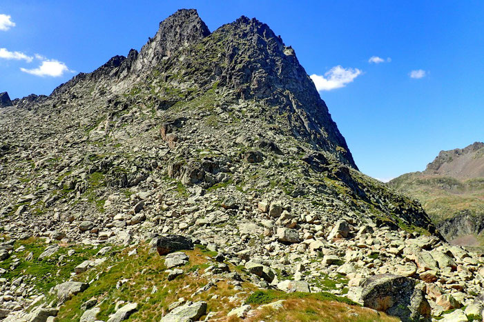 Toujours plus haut, je commence à découvrir l'autre vallée. En face le Campanal de Larrens (2712m).