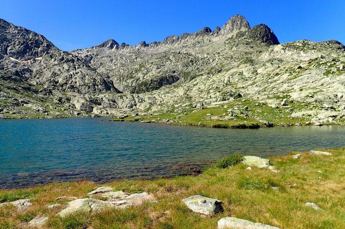 Le Lac Estelat Inférieur (2399m) dominé par le Pic Prudent (2787m). Au bord de la photo à droite le sommet sans nom (2536m), point culminant de la randonnée.