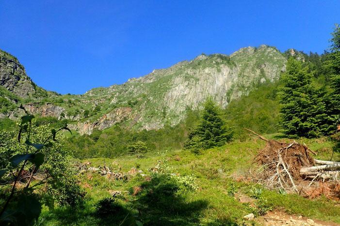 Le lac d'Er est derrière cette montagne.