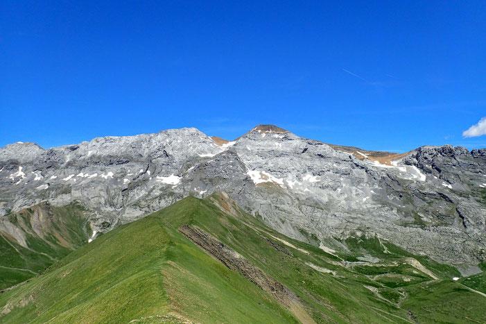 Au nord, le Pico Tendeñera (2845m) avec à sa gauche la Punta de la Ripera (2814m).
