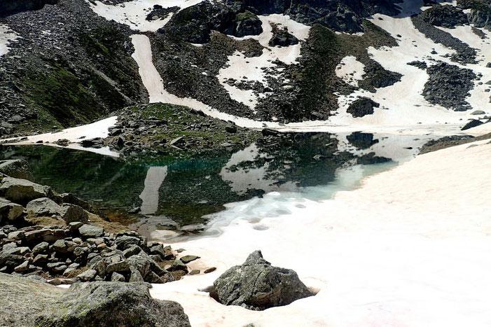 Enfin, après la traversée d'un névé, voici les lacs de Houns de Hèche (2213m).