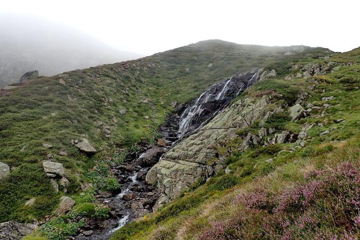 Descente dans la vallée avec un petit coup d'oeil à la cascade d'Anglas.